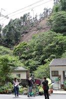【資料写真】昨年、山肌が崩れて土砂が叡山電鉄の線路に流れ込んだ現場(2020年7月8日、京都市左京区・叡山電鉄鞍馬線貴船口駅付近)
