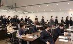 京都市立芸術大の移転工事に伴う議案に賛成の起立をする議員たち(25日、中京区・市議会本会議場)