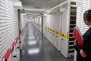 書架が並ぶ書庫棟の内部。資料を守るため、温度、湿度が一定に保たれている。